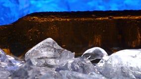 La botella de cerveza en el hielo, como cristales, los descensos de condensado cae abajo el vidrio Cierre para arriba metrajes