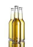 La botella de cerveza en la tabla blanca del fondo y del espejo del softbox Foto de archivo libre de regalías