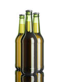 La botella de cerveza en la tabla blanca del fondo y del espejo del softbox Foto de archivo