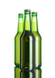 La botella de cerveza en la tabla blanca del fondo y del espejo del softbox Fotografía de archivo libre de regalías