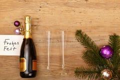 La botella de Champán, carda buenas fiestas, los vidrios del champán y abeto Foto de archivo