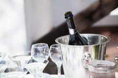 La botella de champán enfriado, copas está en el cubo de hielo para g Imagenes de archivo
