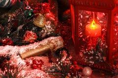 La botella de champán se cubre con nieve teniendo en cuenta una linterna roja en el fondo de las decoraciones del ` s del Año Nue Imagen de archivo