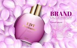 La botella de cristal del perfume miente en los pétalos rosados de la flor Publicidad de producto de los cosméticos del diseño pa Fotos de archivo