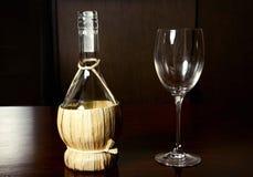La botella de la paja del vintage de vino y el vidrio wine Fotografía de archivo