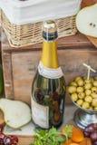 La botella de la vid en un vintage adornó maravillosamente la tabla Imagenes de archivo