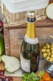 La botella de la vid en un vintage adornó maravillosamente la tabla Imagen de archivo libre de regalías