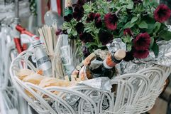 La botella de vino, el agua dulce y el vidrio vacío en la cesta Fotografía de archivo libre de regalías