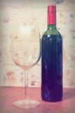 La botella de vino rojo con de cristal alista para verter Foto de archivo libre de regalías