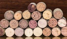 La botella de vino tapa la visión con corcho transversal imágenes de archivo libres de regalías