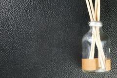 La botella del aroma con el palillo de madera representa el equipme de la terapia del aroma Imagen de archivo
