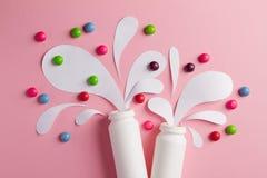 La botella del yogur con salpica y las vitaminas Imagen de archivo