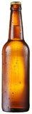 La botella fría de cerveza con agua condensated cae en ella fotografía de archivo libre de regalías
