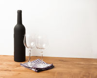 La botella y el Sommelier de la vid fijaron en la tabla de madera con el fondo blanco Fotos de archivo libres de regalías