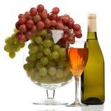 La botella y el vidrio de vino con el vino aislaron. Imágenes de archivo libres de regalías