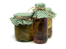 La bottiglia dei peperoncini rossi olio, marinato la paprica ed il cetriolo Fotografia Stock