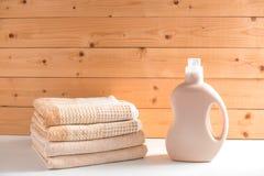 La bottiglia del detersivo vicino ad un mucchio degli asciugamani fotografia stock