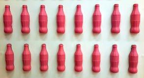 La bottiglia del fondo della foto beve la parete bianca isolata fotografia stock
