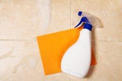 La bottiglia dello spruzzo è su una spugna arancio Fotografie Stock Libere da Diritti