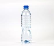 La bottiglia di acqua fresca della bevanda con piccola acqua condensa la goccia dentro la b Fotografia Stock