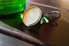 La bottiglia di birra ricopre la soda accatastata, assetata, legno Fotografie Stock
