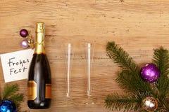 La bottiglia di Champagne, carda le feste felici, i vetri del champagne e l'abete Immagini Stock Libere da Diritti