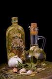 la bottiglia di olio d'oliva ha infuso con le spezie, rosem Immagini Stock