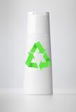 La bottiglia di plastica su bianco con ricicla il simbolo. fotografia stock libera da diritti