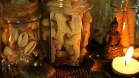 La bottiglia di vetro ha riempito di conchiglie, i coralli, oggetti marini con le luci della candela, fiori di plumeria, sedentes archivi video