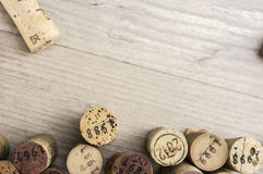 La bottiglia di vino datata tappa il fondo Immagine Stock Libera da Diritti