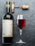 La bottiglia di vino, il vetro di vino e la cavaturaccioli sulla grafite imbarcano Fotografia Stock