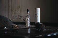 La bottiglia di whiskey di Clynelish, il martello di legno ed il panno hanno messo su una tavola in una distilleria di Brora, Sco Fotografia Stock Libera da Diritti