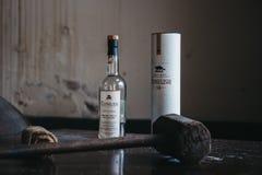 La bottiglia di whiskey di Clynelish, il martello di legno ed il panno hanno messo su una tavola in una distilleria di Brora, Sco Immagine Stock