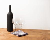 La bottiglia ed il sommelier della vite hanno messo sulla tavola di legno con fondo bianco Fotografie Stock Libere da Diritti