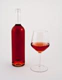 La bottiglia ed il vetro di sono aumentato fotografie stock libere da diritti