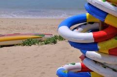 La bouée de durée et le canot en caoutchouc sur la mer échouent Photographie stock libre de droits