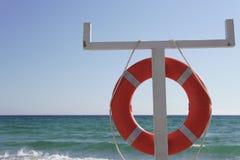 La bouée de sauvetage ondule à la plage z q Image stock