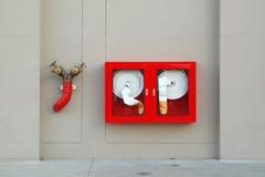 La bouche d'incendie avec des boyaux de l'eau et l'incendie s'éteignent image libre de droits
