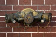La bouche d'incendie avec des boyaux de l'eau et l'incendie s'éteignent le matériel Image stock