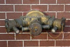 La bouche d'incendie avec des boyaux de l'eau et l'incendie s'éteignent le matériel Photo libre de droits