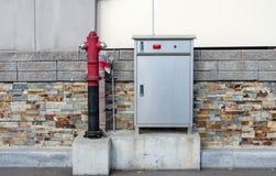 La bouche d'incendie rouge avec le feu s'éteignent l'équipement Photo libre de droits