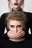 La bouche de la belle de brune de fille blonde de bâche Photographie stock libre de droits