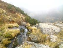 La bouche de la cascade dans les montagnes Image libre de droits