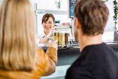 La boucherie d'Attending Customers At de vendeuse images stock
