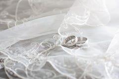 La boucle de l'or blanc sont sur le voile de la mariée Photos stock