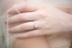 La boucle de la mariée sous un voile Image stock