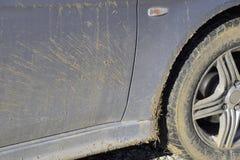 La boue sur les roues, les amortisseurs et les portières de voiture Le résultat est un TR Photographie stock libre de droits