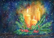 La bougie de Noël, la guirlande de sapin et la poinsettia fleurissent Photos stock