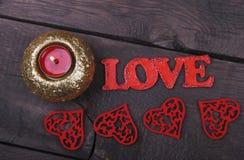 La bougie, les coeurs rouges et l'amour textotent Photos stock