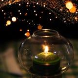 La bougie verte brûle dans le chandelier Image libre de droits